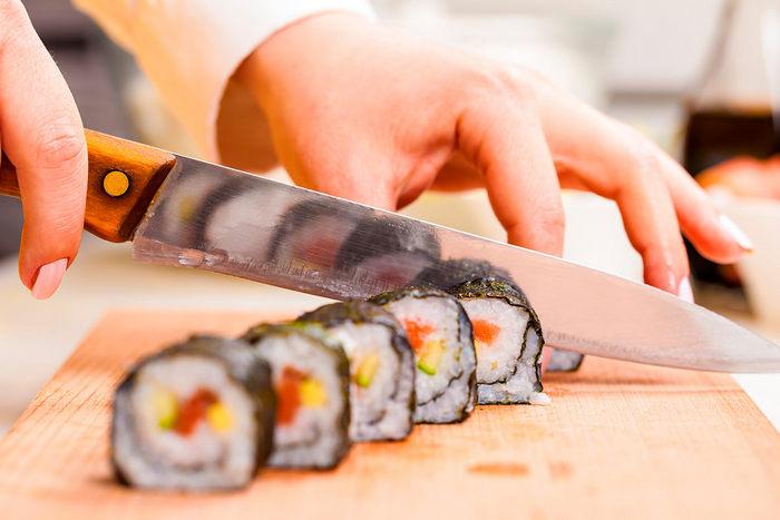 Нарезаем острым ножом суши на шесть равных частей