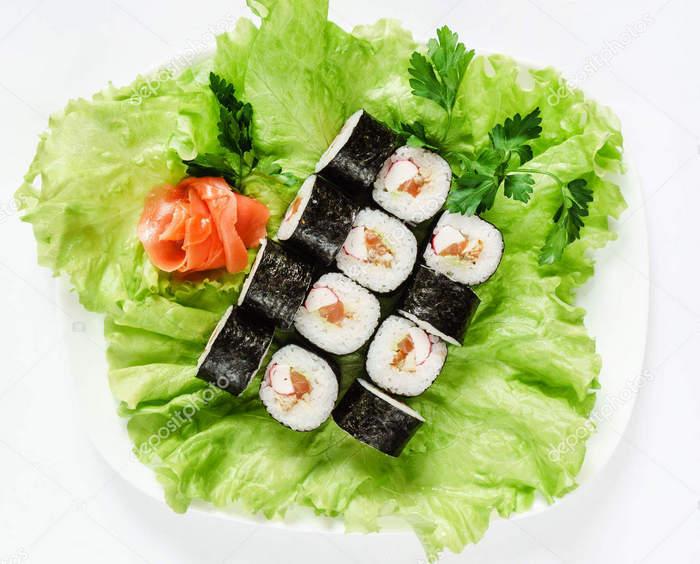 На салат кладем наши рулетики суши