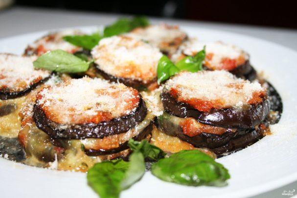 Баклажаны под соусами из помидоров и пармезана