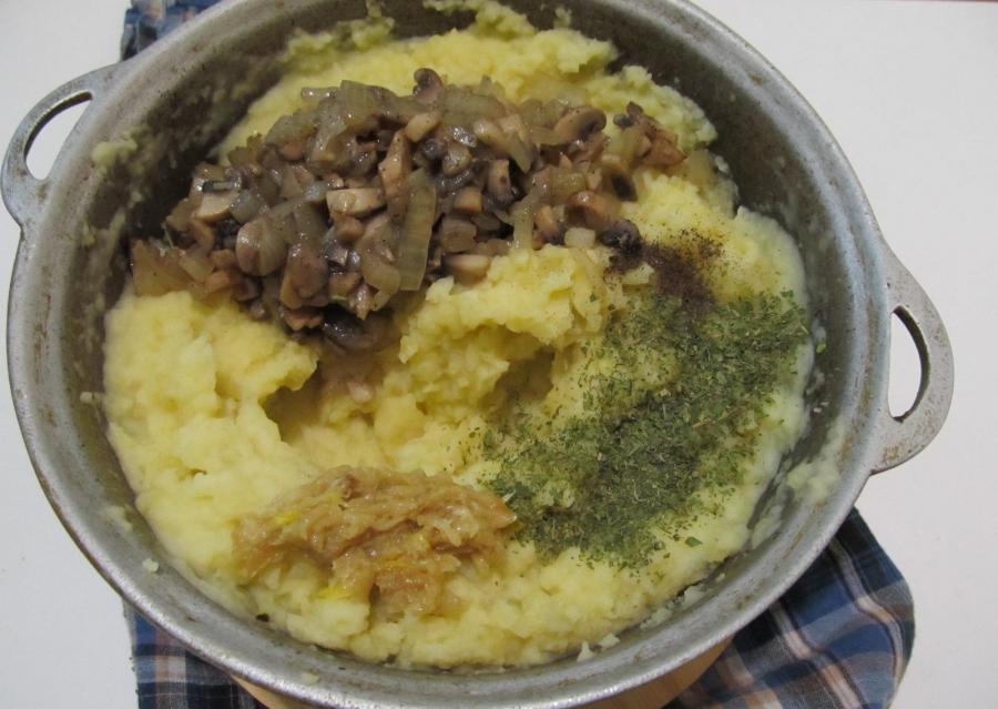Картофельное пюре под шампиньонами