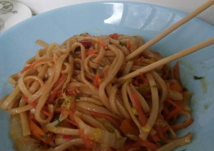 Китайская лапша под овощами и зеленью