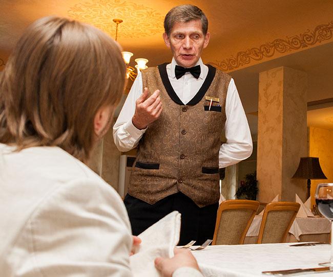 Пожилые официанты