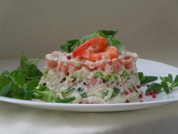 Салат с крабовым мясом, коктейльными креветками и авокадо