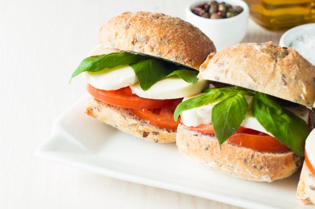 Сэндвич из говядины с моцареллой, томатами и чорисо