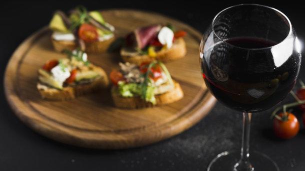 Как правильно подавать вино на обед?